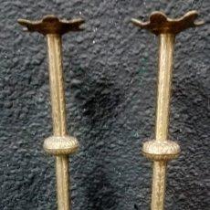 Antigüedades: ANTIGUA PAREJA DE CANDELABROS DE BRONCE DE IGLESIA. LABRADOS A MANO. 43 CM DE ALTO. XIX.. Lote 182570902