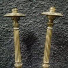 Antigüedades: ANTIGUA PAREJA DE CANDELABROS ISABELINOS DE BRONCE DEL SIGLO XIX. 32 CM DE ALTO.. Lote 182572146