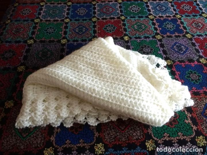 Antigüedades: Antiguo Mantón Toquilla de Lana Color Blanco. 180X180 cm - Foto 3 - 182602978