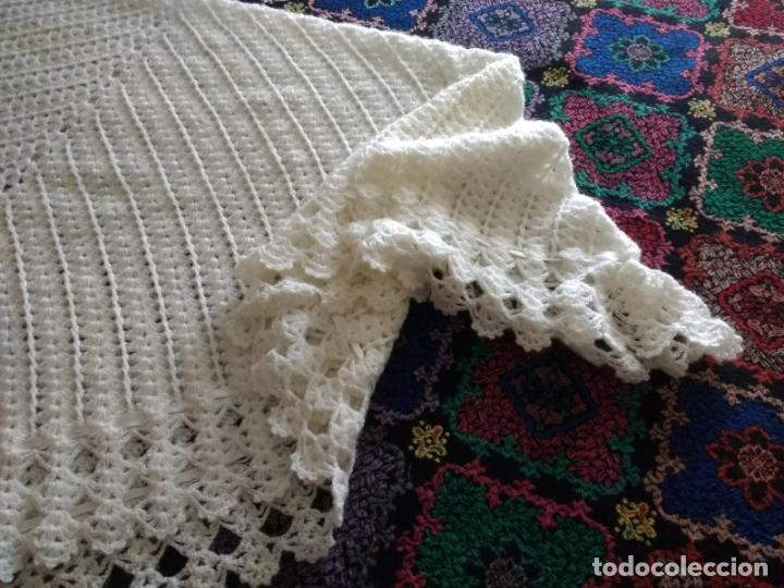 Antigüedades: Antiguo Mantón Toquilla de Lana Color Blanco. 180X180 cm - Foto 4 - 182602978