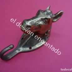 Antigüedades: PRECIOSO PERCHERO EN METAL DORADO MACIZO. BUSTO DE CABALLO. MIDE 10 CTMS DE ALTURA. Lote 182605435