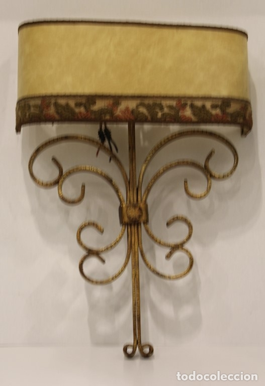 Antigüedades: Cuatro apliques con dos puntos de luz, pantalla de pergamino y estructura de hierro forjado. - Foto 2 - 182608185