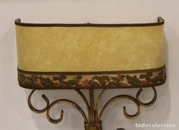 Antigüedades: Cuatro apliques con dos puntos de luz, pantalla de pergamino y estructura de hierro forjado. - Foto 3 - 182608185