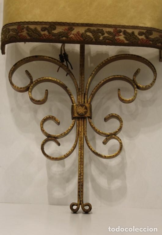 Antigüedades: Cuatro apliques con dos puntos de luz, pantalla de pergamino y estructura de hierro forjado. - Foto 4 - 182608185