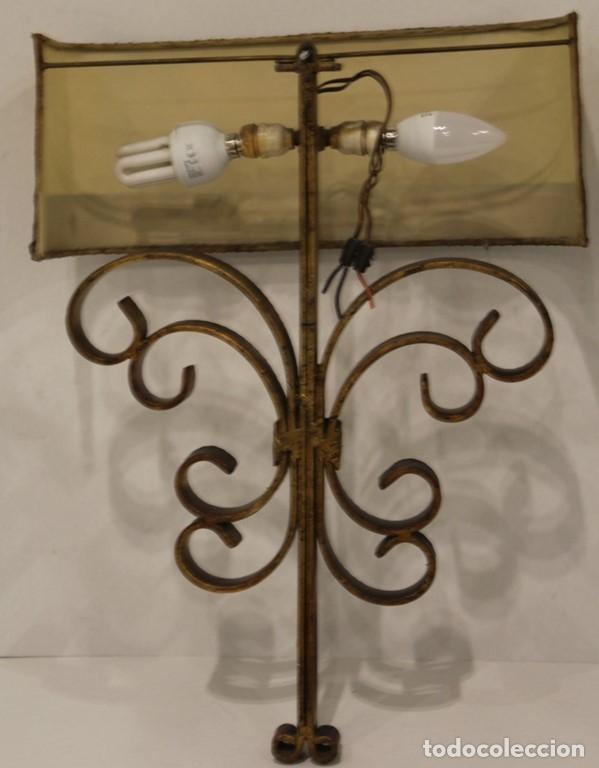 Antigüedades: Cuatro apliques con dos puntos de luz, pantalla de pergamino y estructura de hierro forjado. - Foto 6 - 182608185