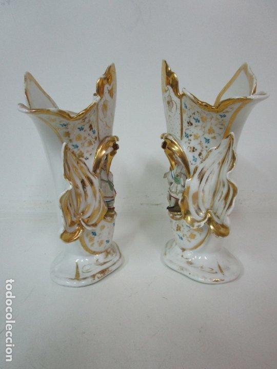 Antigüedades: Preciosa Pareja de Jarrones Isabelinos - Porcelana Esmaltada y Dorada - con Figuras - S. XIX - Foto 2 - 182618867