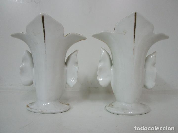 Antigüedades: Preciosa Pareja de Jarrones Isabelinos - Porcelana Esmaltada y Dorada - con Figuras - S. XIX - Foto 3 - 182618867