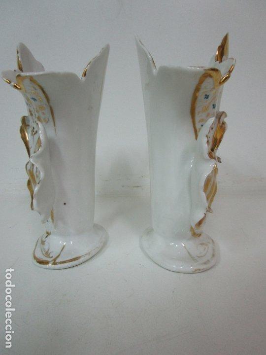 Antigüedades: Preciosa Pareja de Jarrones Isabelinos - Porcelana Esmaltada y Dorada - con Figuras - S. XIX - Foto 4 - 182618867