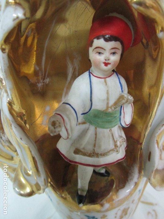 Antigüedades: Preciosa Pareja de Jarrones Isabelinos - Porcelana Esmaltada y Dorada - con Figuras - S. XIX - Foto 8 - 182618867
