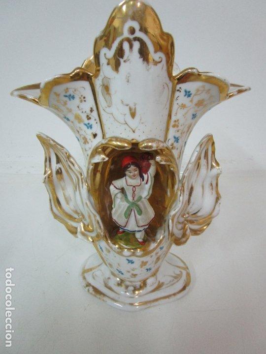 Antigüedades: Preciosa Pareja de Jarrones Isabelinos - Porcelana Esmaltada y Dorada - con Figuras - S. XIX - Foto 18 - 182618867