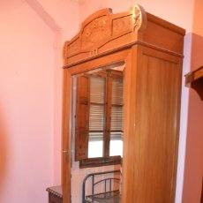 Antigüedades: ARMARIO DE MADERA CON ESPEJO (ÚLTIMO PRECIO). Lote 182639993