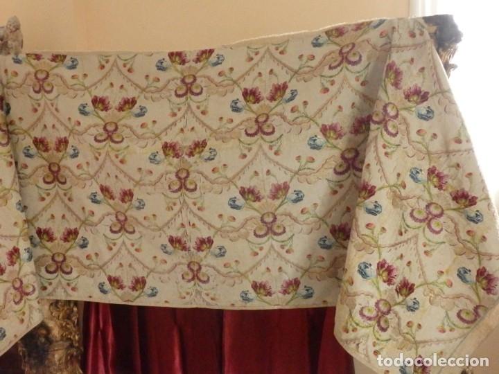 Antigüedades: Frente de grandes dimensiones en espolín de seda y brocados de plata. España, siglos XVII-XVIII. - Foto 4 - 182643183