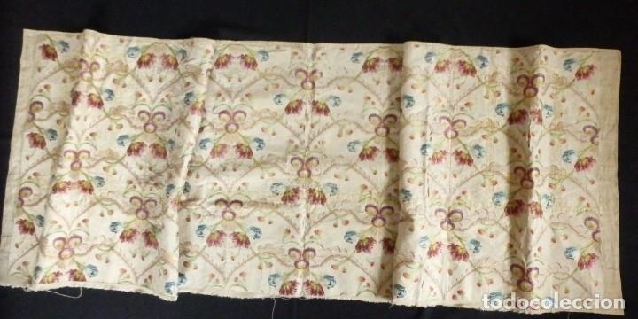 Antigüedades: Frente de grandes dimensiones en espolín de seda y brocados de plata. España, siglos XVII-XVIII. - Foto 12 - 182643183