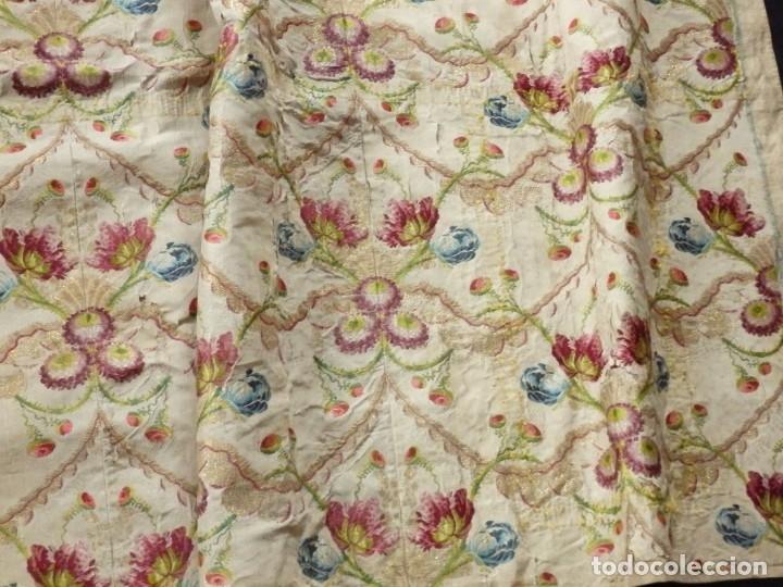 Antigüedades: Frente de grandes dimensiones en espolín de seda y brocados de plata. España, siglos XVII-XVIII. - Foto 13 - 182643183