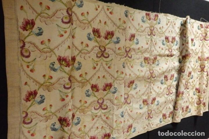 Antigüedades: Frente de grandes dimensiones en espolín de seda y brocados de plata. España, siglos XVII-XVIII. - Foto 10 - 182643183