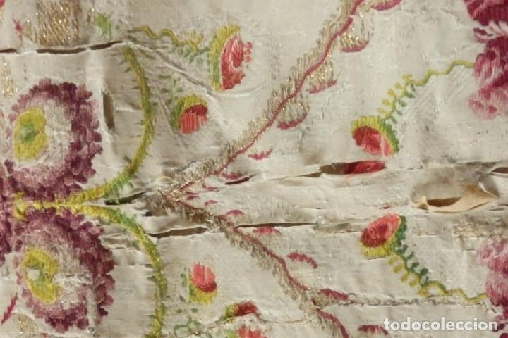 Antigüedades: Frente de grandes dimensiones en espolín de seda y brocados de plata. España, siglos XVII-XVIII. - Foto 20 - 182643183