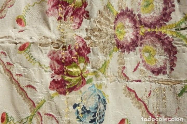 Antigüedades: Frente de grandes dimensiones en espolín de seda y brocados de plata. España, siglos XVII-XVIII. - Foto 21 - 182643183