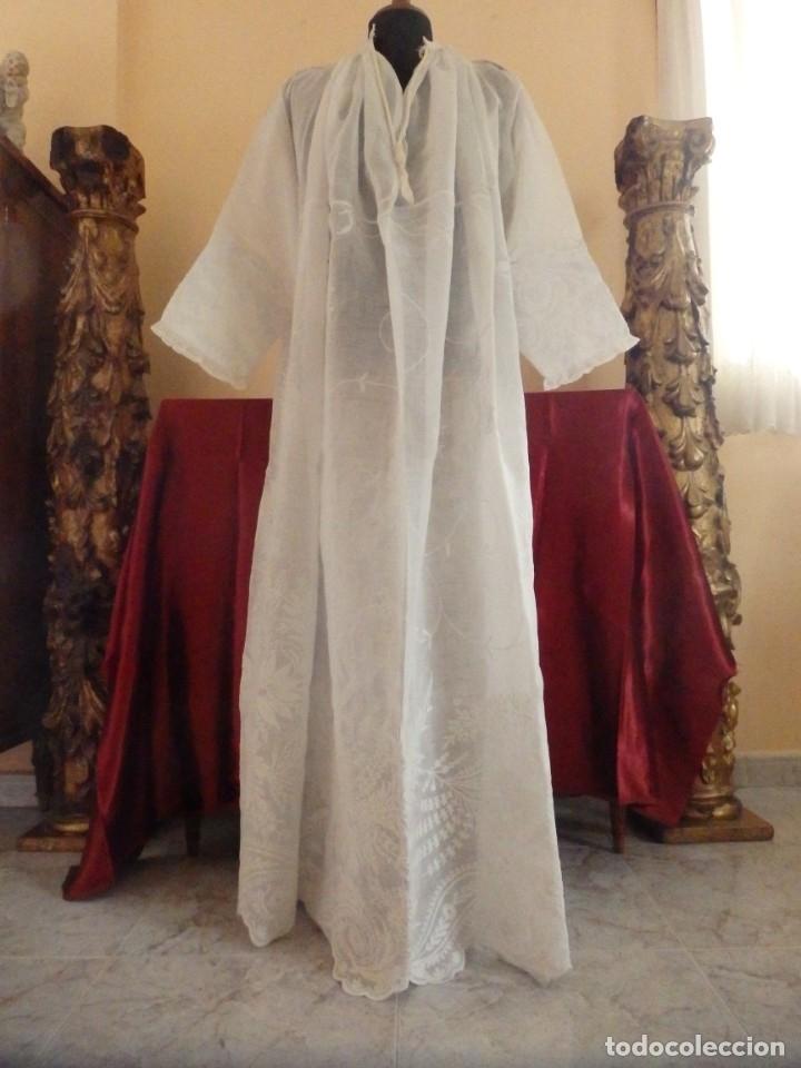 ALBA CONFECCIONADA EN GASA DE ALGODÓN BORDADA. PPS. S. XX. (Antigüedades - Religiosas - Ornamentos Antiguos)