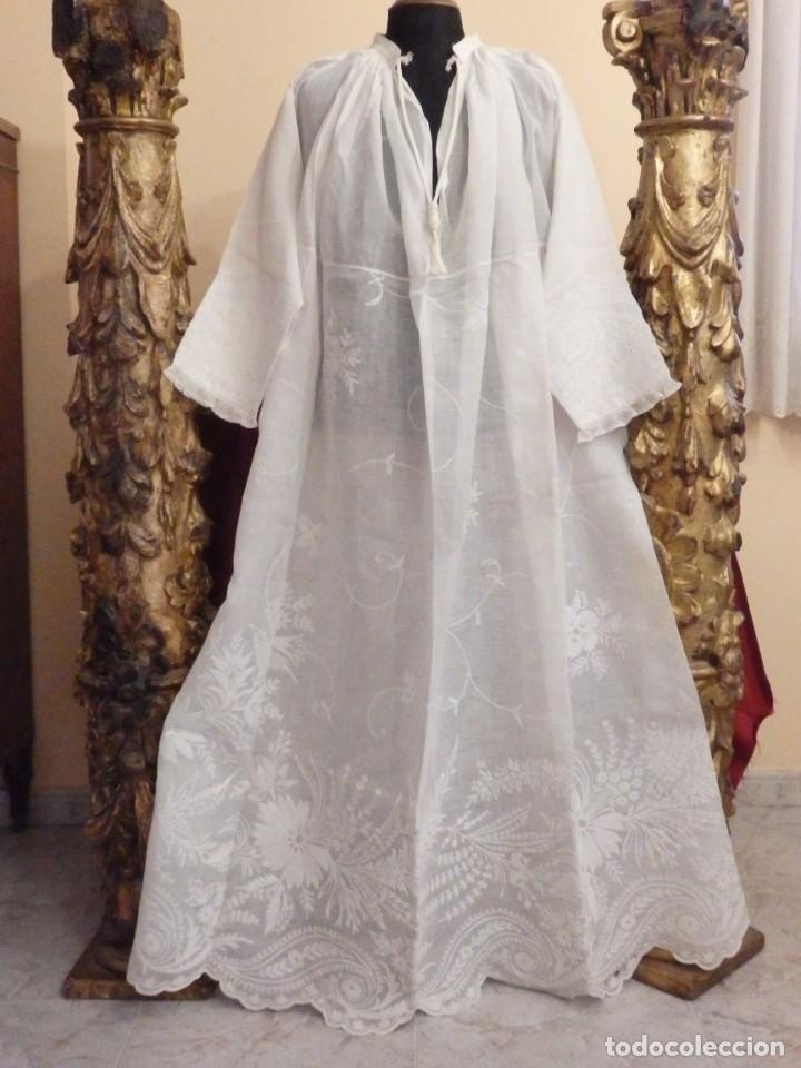 Antigüedades: Alba confeccionada en gasa de algodón bordada. Pps. S. XX. - Foto 2 - 182644211