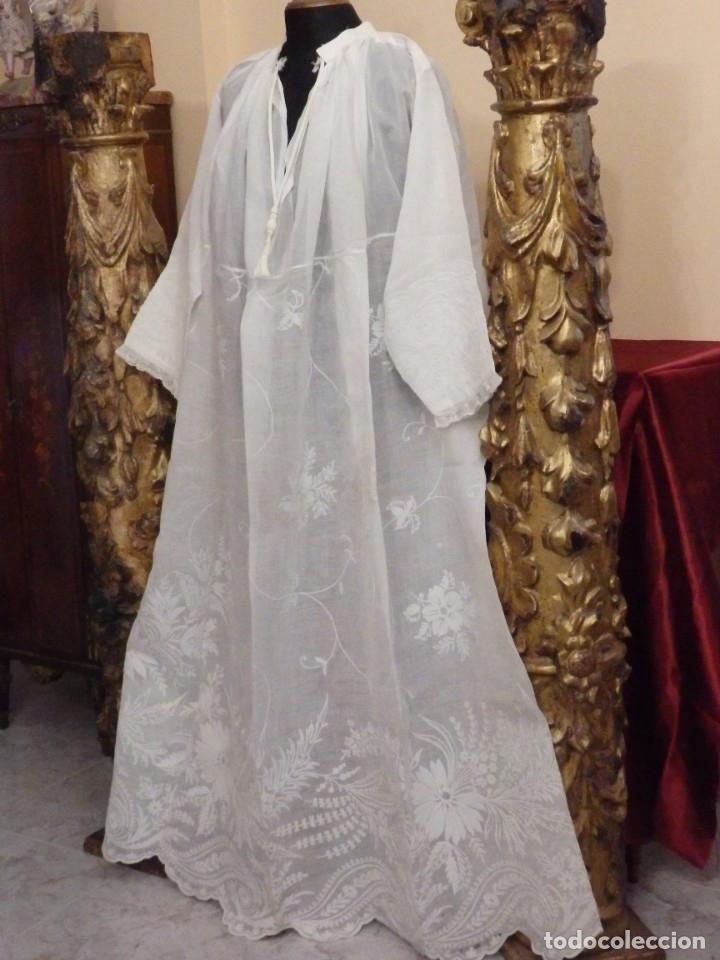 Antigüedades: Alba confeccionada en gasa de algodón bordada. Pps. S. XX. - Foto 3 - 182644211