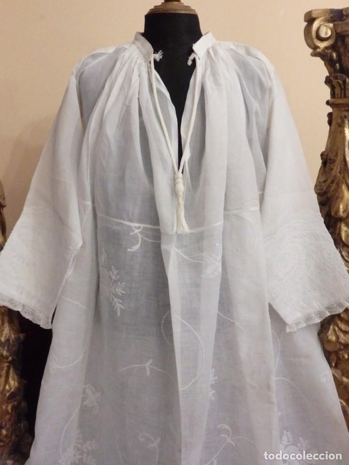 Antigüedades: Alba confeccionada en gasa de algodón bordada. Pps. S. XX. - Foto 4 - 182644211