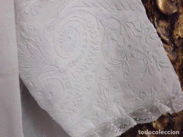 Antigüedades: Alba confeccionada en gasa de algodón bordada. Pps. S. XX. - Foto 6 - 182644211