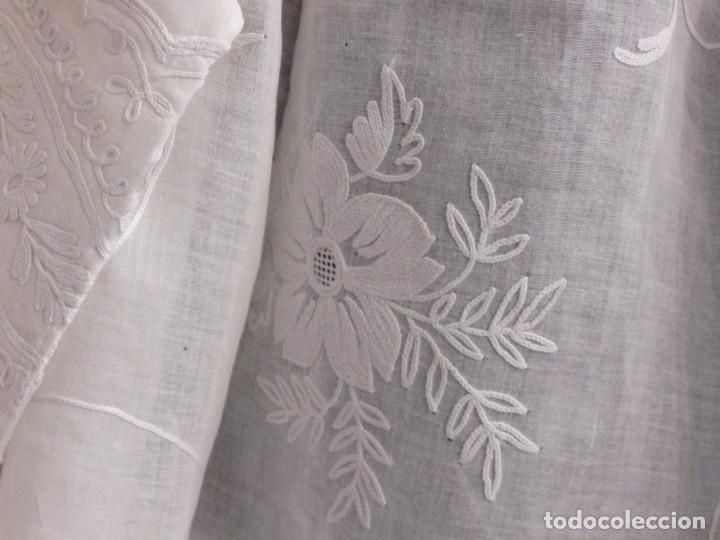 Antigüedades: Alba confeccionada en gasa de algodón bordada. Pps. S. XX. - Foto 7 - 182644211