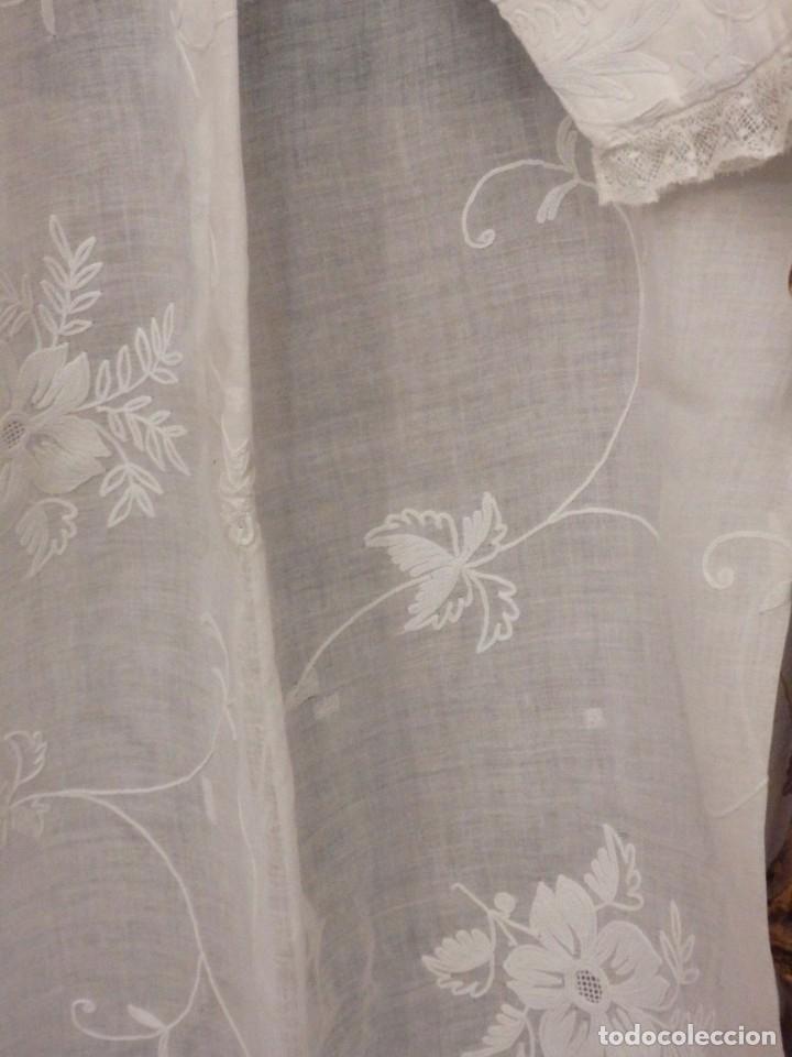 Antigüedades: Alba confeccionada en gasa de algodón bordada. Pps. S. XX. - Foto 8 - 182644211