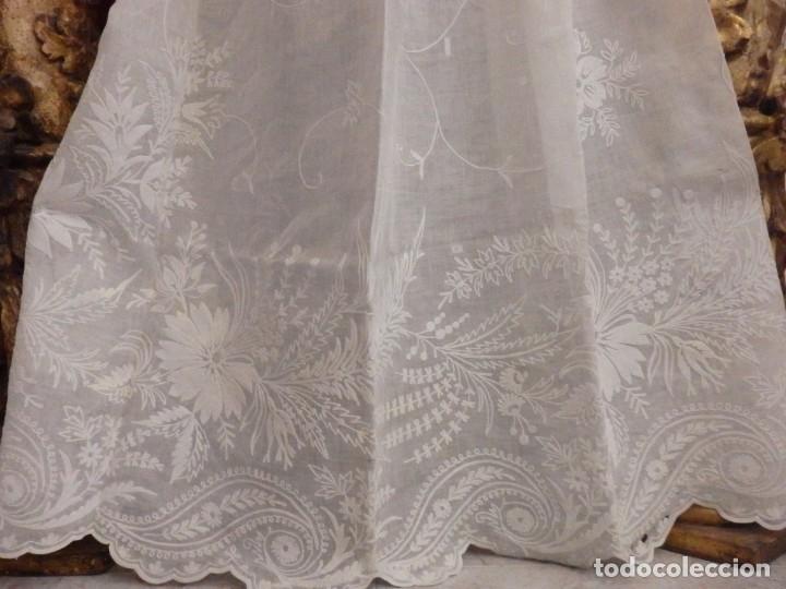 Antigüedades: Alba confeccionada en gasa de algodón bordada. Pps. S. XX. - Foto 9 - 182644211