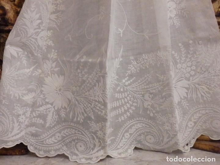 Antigüedades: Alba confeccionada en gasa de algodón bordada. Pps. S. XX. - Foto 10 - 182644211