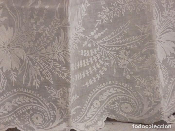 Antigüedades: Alba confeccionada en gasa de algodón bordada. Pps. S. XX. - Foto 11 - 182644211