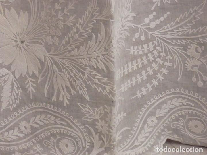 Antigüedades: Alba confeccionada en gasa de algodón bordada. Pps. S. XX. - Foto 12 - 182644211