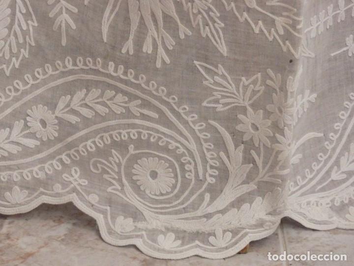 Antigüedades: Alba confeccionada en gasa de algodón bordada. Pps. S. XX. - Foto 14 - 182644211