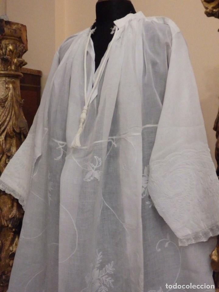 Antigüedades: Alba confeccionada en gasa de algodón bordada. Pps. S. XX. - Foto 15 - 182644211