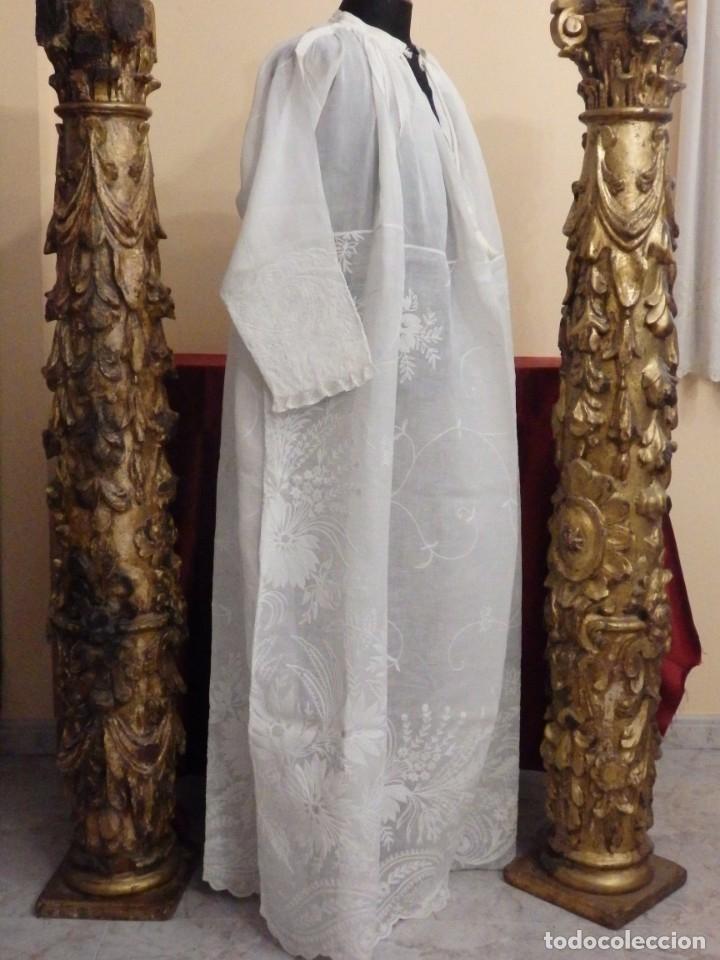 Antigüedades: Alba confeccionada en gasa de algodón bordada. Pps. S. XX. - Foto 16 - 182644211