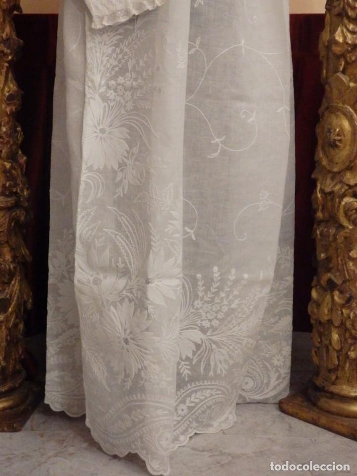 Antigüedades: Alba confeccionada en gasa de algodón bordada. Pps. S. XX. - Foto 17 - 182644211