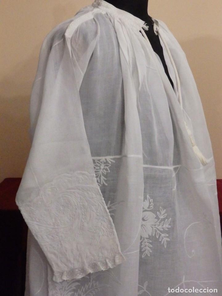 Antigüedades: Alba confeccionada en gasa de algodón bordada. Pps. S. XX. - Foto 18 - 182644211