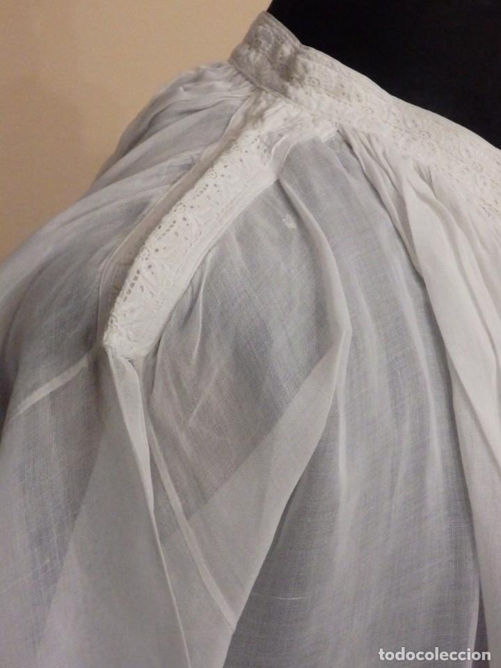 Antigüedades: Alba confeccionada en gasa de algodón bordada. Pps. S. XX. - Foto 19 - 182644211