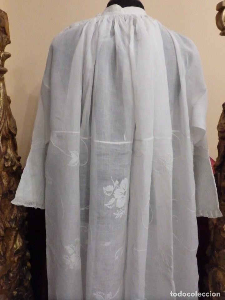 Antigüedades: Alba confeccionada en gasa de algodón bordada. Pps. S. XX. - Foto 21 - 182644211