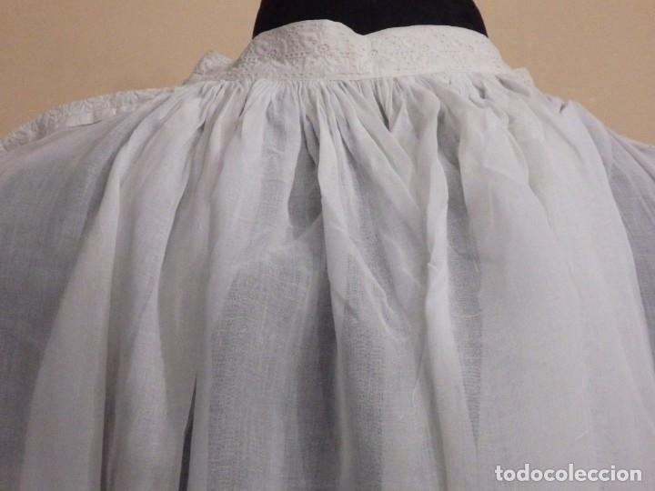 Antigüedades: Alba confeccionada en gasa de algodón bordada. Pps. S. XX. - Foto 22 - 182644211
