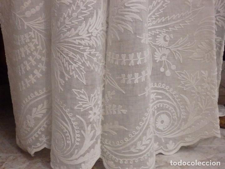 Antigüedades: Alba confeccionada en gasa de algodón bordada. Pps. S. XX. - Foto 24 - 182644211