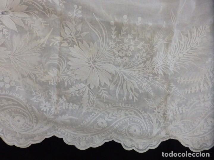 Antigüedades: Alba confeccionada en gasa de algodón bordada. Pps. S. XX. - Foto 25 - 182644211