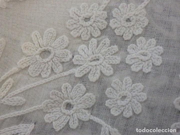 Antigüedades: Alba confeccionada en gasa de algodón bordada. Pps. S. XX. - Foto 30 - 182644211