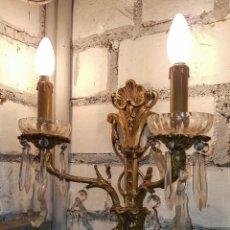 Antigüedades: ELEGANTE APLIQUE DE BRONCE Y LAGRIMAS DE CRISTAL , DOS LUCES. Lote 182665872