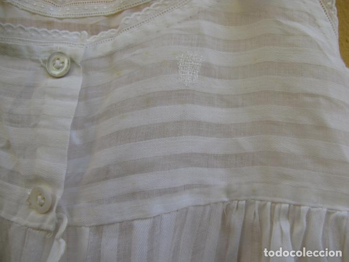 Antigüedades: Conjunto de faldón y camisa bebé. Batista, algodón, bordados y puntilla - Foto 8 - 182680982