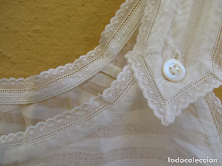Antigüedades: Conjunto de faldón y camisa bebé. Batista, algodón, bordados y puntilla - Foto 9 - 182680982