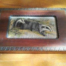 Antigüedades: ANTIGUA CAJA DE MADERA CON DIBUJO ANIMALES EN TELA TAPICERA. Lote 182689315
