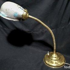 Antigüedades: BONITA LAMPARA FLEXO DE SOBREMESA, C.1930, CON TULIPA DE VIDRIO TRABAJADO, ELECTRIFICADA. Lote 182719275