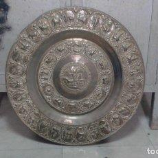 Antigüedades: MUY ANTIGUO PLATO/BANDEJA COBRE LABRADO Y CON SU PATINA ORIGINAL MEDIDAS 70 CM.. Lote 182578227