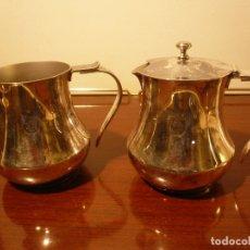 Antigüedades: JUEGO CAFETERA Y LECHERA METAL PLATEADO MENESES. ALTURA 12 CM. SELLADAS. Lote 182732130